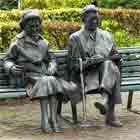 Het in stukken gezaagde beeld van Simon Carmiggelt en zijn vrouw - Bron: Wikipedia