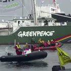 Greenpeace in actie tegen Russische olietanker Oeljanov in Rotterdam - Screenshot NOS