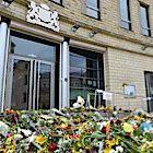 Bloemen bij de ambassade in Kiev