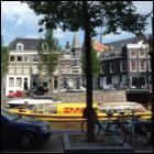 DHL pakjesboot in de grachten - Foto: Arnoud de Jong