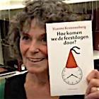 Yvonne Kroonenberg met haar boekje